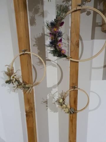 Couronne de fleurs séchées sur métier a tisser
